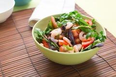 Πράσινη σαλάτα με τις ντομάτες και τις γαρίδες Στοκ φωτογραφία με δικαίωμα ελεύθερης χρήσης