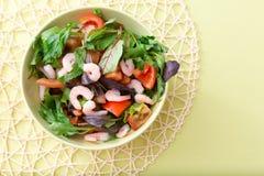 Πράσινη σαλάτα με τις ντομάτες και τις γαρίδες Στοκ φωτογραφίες με δικαίωμα ελεύθερης χρήσης
