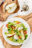 Πράσινη σαλάτα με τις ντομάτες, τη μοτσαρέλα και το αχλάδι Στοκ φωτογραφία με δικαίωμα ελεύθερης χρήσης