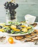 Πράσινη σαλάτα με το arugula, κίτρινες ντομάτες, ελιές, σταφύλια, sesam Στοκ φωτογραφία με δικαίωμα ελεύθερης χρήσης