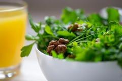 Πράσινη σαλάτα με το arugula, σαλάτα, ξύλο καρυδιάς στο αγροτικό ξύλινο backgr Στοκ εικόνα με δικαίωμα ελεύθερης χρήσης