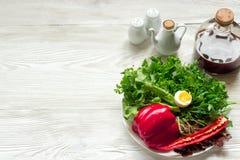 Πράσινη σαλάτα με το arugula, σαλάτα, πιπέρι στο αγροτικό ξύλινο backgr Στοκ εικόνα με δικαίωμα ελεύθερης χρήσης