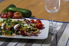 Πράσινη σαλάτα με το radicchio και τις ντομάτες Στοκ φωτογραφία με δικαίωμα ελεύθερης χρήσης