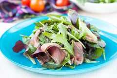 Πράσινη σαλάτα με ψημένο στη σχάρα μέσο σπάνιο μπριζόλας βόειου κρέατος, μαρούλι μιγμάτων Στοκ εικόνες με δικαίωμα ελεύθερης χρήσης