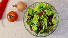 Πράσινη σαλάτα φρέσκων λαχανικών απόθεμα βίντεο