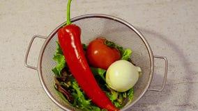 Πράσινη σαλάτα φρέσκων λαχανικών φιλμ μικρού μήκους