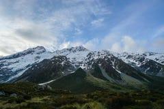 Πράσινη σειρά λόφων με το χιόνι στην αιχμή βουνών στη Νέα Ζηλανδία Στοκ Φωτογραφίες