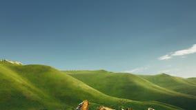 Πράσινη σειρά Hill και βουνών μια ηλιόλουστη θερινή ημέρα Περιοχή Elbrus, του βόρειου Καύκασου, Ρωσία Στοκ Φωτογραφία