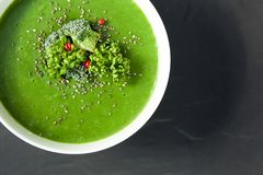 Πράσινη σούπα σπανακιού με το μπρόκολο κατά την άσπρη τοπ άποψη κύπελλων Στοκ Φωτογραφίες