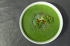 Πράσινη σούπα σπανακιού με το μπρόκολο κατά την άσπρη τοπ άποψη κύπελλων στοκ εικόνες με δικαίωμα ελεύθερης χρήσης