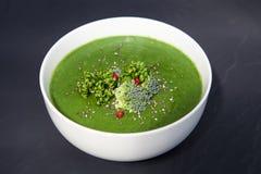 Πράσινη σούπα σπανακιού με το μπρόκολο κατά την άσπρη τοπ άποψη κύπελλων στοκ εικόνες