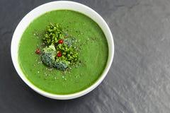 Πράσινη σούπα σπανακιού με το μπρόκολο κατά την άσπρη τοπ άποψη κύπελλων στοκ εικόνα με δικαίωμα ελεύθερης χρήσης