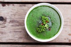 Πράσινη σούπα σπανακιού με το μπρόκολο κατά την άσπρη τοπ άποψη κύπελλων στοκ φωτογραφία με δικαίωμα ελεύθερης χρήσης