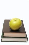 πράσινη στοίβα βιβλίων μήλω&n Στοκ εικόνες με δικαίωμα ελεύθερης χρήσης
