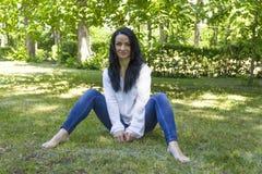πράσινη συνεδρίαση χλόης brunett Στοκ Φωτογραφίες