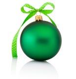 Πράσινη σφαίρα Χριστουγέννων με το τόξο κορδελλών που απομονώνεται στο άσπρο backgroun Στοκ Εικόνες