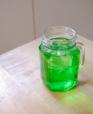 Πράσινη σόδα εμπορίου πάγου στο γυαλί στοκ φωτογραφία με δικαίωμα ελεύθερης χρήσης