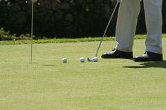 πράσινη τοποθέτηση γκολφ Στοκ φωτογραφία με δικαίωμα ελεύθερης χρήσης