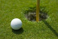 πράσινη τοποθέτηση γκολφ Στοκ εικόνα με δικαίωμα ελεύθερης χρήσης