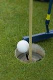 πράσινη τοποθέτηση γκολφ Στοκ φωτογραφίες με δικαίωμα ελεύθερης χρήσης