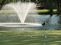 πράσινη τοποθέτηση γκολφ &s Στοκ φωτογραφίες με δικαίωμα ελεύθερης χρήσης