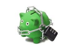Πράσινη τράπεζα Piggy στις αλυσίδες Στοκ φωτογραφία με δικαίωμα ελεύθερης χρήσης