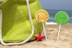 Πράσινη τσάντα παραλιών, δύο κεριά και αστείο αστέρι θάλασσας Στοκ Εικόνες