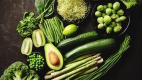 Πράσινη υγιής σύνθεση τροφίμων με το αβοκάντο, μπρόκολο, μήλο, καταφερτζής απόθεμα βίντεο
