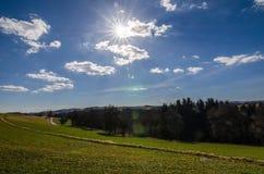 πράσινη φύση και λάμποντας ήλιος Στοκ εικόνα με δικαίωμα ελεύθερης χρήσης
