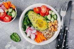 Πράσινη χορτοφάγος σαλάτα κύπελλων του Βούδα με τα λαχανικά και quinoa, σπανάκι, αβοκάντο, αγγούρια, ντομάτες, καρότα, ραδίκια, c Στοκ φωτογραφία με δικαίωμα ελεύθερης χρήσης