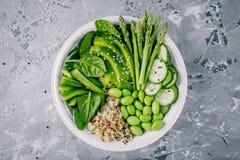Πράσινη χορτοφάγος σαλάτα κύπελλων του Βούδα με τα φρέσκα λαχανικά και quinoa, σπανάκι, αβοκάντο, σπαράγγι, αγγούρι, edamame φασό Στοκ εικόνα με δικαίωμα ελεύθερης χρήσης