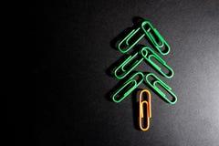 πράσινη χριστουγεννιάτικων δέντρων σκιά υποβάθρου χρώματος paperclip μαύρη στοκ εικόνα