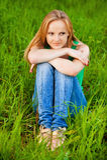 πράσινη όμορφη γυναίκα συνεδρίασης χλόης Στοκ Φωτογραφία