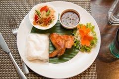 Πράσινη papaya σαλάτα, ψημένο στη σχάρα κοτόπουλο και κολλώδες ρύζι στοκ φωτογραφία με δικαίωμα ελεύθερης χρήσης