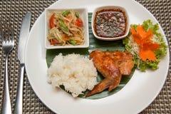 Πράσινη papaya σαλάτα, ψημένο στη σχάρα κοτόπουλο και κολλώδες ρύζι στοκ εικόνες