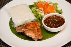 Πράσινη papaya σαλάτα, ψημένο στη σχάρα κοτόπουλο και κολλώδες ρύζι στοκ εικόνα