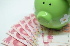 Πράσινη piggy τράπεζα με το νόμισμα της Κίνας Στοκ εικόνες με δικαίωμα ελεύθερης χρήσης