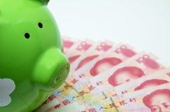 Πράσινη piggy τράπεζα με το νόμισμα της Κίνας Στοκ Εικόνα