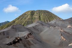 Πράσινοι αμμόλοφοι άμμου βουνών και τέφρας Batok Bromo Στοκ Εικόνες