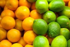 Πράσινοι ασβέστης και tangerines στην προθήκη στο κατάστημα στοκ φωτογραφία με δικαίωμα ελεύθερης χρήσης