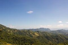 Πράσινοι βουνό και μπλε ουρανός Στοκ εικόνες με δικαίωμα ελεύθερης χρήσης