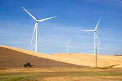 Πράσινοι ενεργειακοί ανεμοστρόβιλοι που κυλούν το καλλιεργήσιμο έδαφος γεωργίας Στοκ Εικόνες