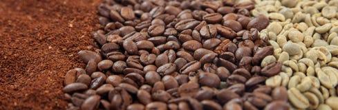 Πράσινοι και σκοτεινοί φασόλια καφέ και επίγειος καφές στοκ εικόνα