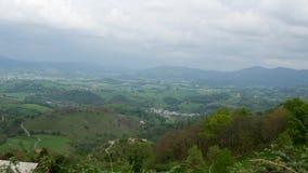 Πράσινοι λόφοι Γαλλικό τοπίο επαρχίας στα βουνά των Πυρηναίων στη βασκική χώρα, Γαλλία απόθεμα βίντεο