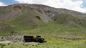 Πράσινοι λόφοι και ένα εγκαταλειμμένο φορτηγό απόθεμα βίντεο