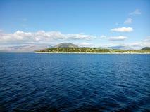 Πράσινοι μπλε ουρανός και θάλασσα εδάφους Στοκ Εικόνες