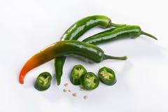 Πράσινοι λοβοί του πικάντικου πιπεριού Στοκ Εικόνες
