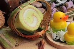 Πράσινοι ρόλοι κέικ που γεμίζουν με την καρύδα Στοκ φωτογραφία με δικαίωμα ελεύθερης χρήσης