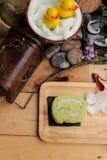 Πράσινοι ρόλοι κέικ που γεμίζουν με την καρύδα Στοκ εικόνες με δικαίωμα ελεύθερης χρήσης