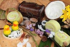 Πράσινοι ρόλοι κέικ που γεμίζουν με την καρύδα Στοκ Φωτογραφίες